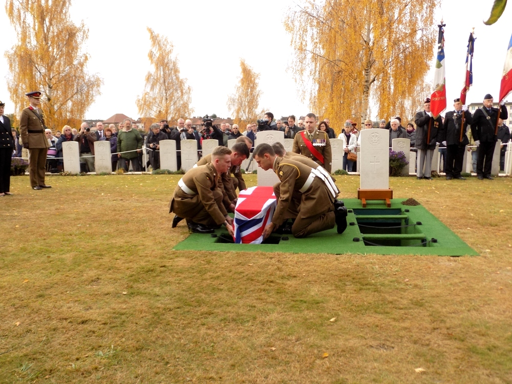 Les soldats du Royal Anglian Regiment font doucement descendre le cercueil de Harry Carter dans sa tombe